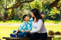 Retrato al aire libre de la madre y del hijo Imagenes de archivo