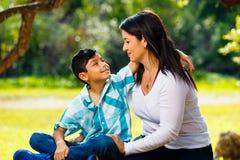 Retrato al aire libre de la madre y del hijo Foto de archivo
