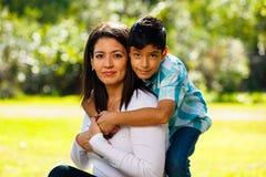 Retrato al aire libre de la madre y del hijo Fotos de archivo