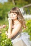 Retrato al aire libre de la moda de la morenita sensual hermosa joven imagen de archivo libre de regalías