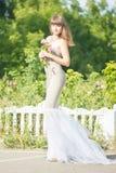 Retrato al aire libre de la moda de la morenita sensual hermosa joven imagen de archivo