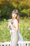 Retrato al aire libre de la moda de la morenita sensual hermosa joven foto de archivo libre de regalías