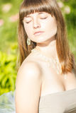 Retrato al aire libre de la moda de la morenita sensual hermosa joven fotografía de archivo