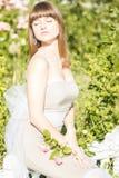 Retrato al aire libre de la moda de la morenita sensual hermosa joven fotografía de archivo libre de regalías