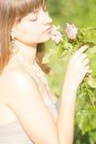 Retrato al aire libre de la moda de la morenita sensual hermosa joven imágenes de archivo libres de regalías