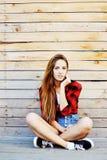 Retrato al aire libre de la moda de la muchacha bastante adolescente de los jóvenes Imágenes de archivo libres de regalías
