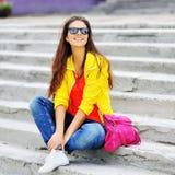 Retrato al aire libre de la moda de la muchacha elegante hermosa joven Fotografía de archivo