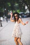 Retrato al aire libre de la moda de la mujer bonita joven imagen de archivo