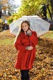 Retrato al aire libre de la moda de la mujer hermosa joven con el paraguas - otoño en parque Imagen de archivo