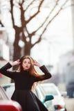 Retrato al aire libre de la moda de la mujer joven elegante que se divierte, cara emocional, risa, mirando la cámara Estilo urban Imágenes de archivo libres de regalías