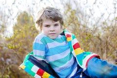Retrato al aire libre de la moda del muchacho adorable del niño que lleva la ropa colorida Imágenes de archivo libres de regalías