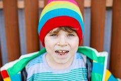 Retrato al aire libre de la moda del muchacho adorable del niño que lleva la ropa colorida Foto de archivo libre de regalías