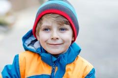 Retrato al aire libre de la moda del muchacho adorable del niño que lleva la ropa colorida Imagen de archivo