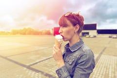 Retrato al aire libre de la moda del primer de la muchacha loca del inconformista joven que come el helado Foto de archivo libre de regalías