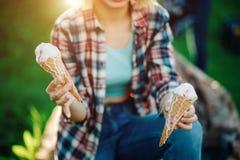 Retrato al aire libre de la moda del primer de la muchacha loca del inconformista joven que come el helado Imagenes de archivo