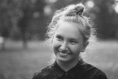 Retrato al aire libre de la muchacha adolescente en el callejón del otoño Imagenes de archivo