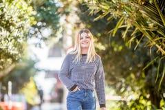 Retrato al aire libre de la muchacha adolescente sonriente feliz joven en el CCB natural Imagenes de archivo