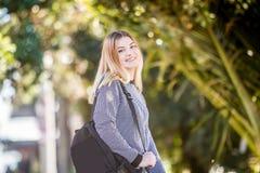 Retrato al aire libre de la muchacha adolescente sonriente feliz joven en el CCB natural Fotografía de archivo libre de regalías