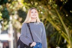 Retrato al aire libre de la muchacha adolescente sonriente feliz joven en el CCB natural Foto de archivo libre de regalías