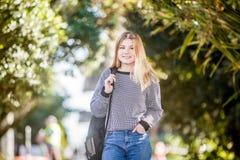 Retrato al aire libre de la muchacha adolescente sonriente feliz joven en el CCB natural Fotos de archivo