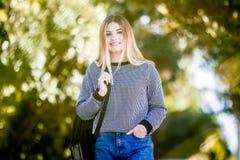 Retrato al aire libre de la muchacha adolescente sonriente feliz joven en el CCB natural Imágenes de archivo libres de regalías