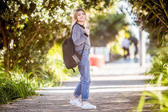 Retrato al aire libre de la muchacha adolescente sonriente feliz joven en el CCB natural Imagen de archivo libre de regalías