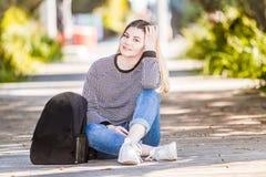 Retrato al aire libre de la muchacha adolescente sonriente feliz joven en el CCB natural Foto de archivo