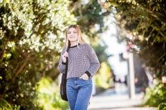 Retrato al aire libre de la muchacha adolescente sonriente feliz joven en el CCB natural Fotos de archivo libres de regalías