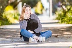 Retrato al aire libre de la muchacha adolescente sonriente feliz joven en el CCB natural Imagen de archivo