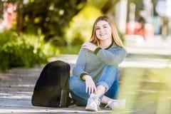 Retrato al aire libre de la muchacha adolescente sonriente feliz joven en el CCB natural Fotografía de archivo