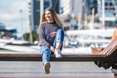 Retrato al aire libre de la muchacha adolescente sonriente feliz joven en la parte posterior del infante de marina Fotos de archivo libres de regalías