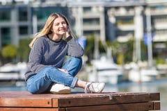 Retrato al aire libre de la muchacha adolescente sonriente feliz joven en la parte posterior del infante de marina Foto de archivo