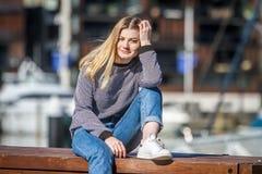 Retrato al aire libre de la muchacha adolescente sonriente feliz joven en la parte posterior del infante de marina Fotografía de archivo libre de regalías