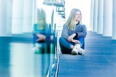 Retrato al aire libre de la muchacha adolescente sonriente feliz joven en un bri de cristal Imagenes de archivo