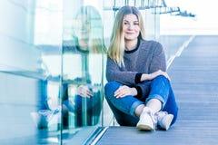 Retrato al aire libre de la muchacha adolescente sonriente feliz joven en un bri de cristal Fotos de archivo libres de regalías