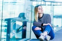Retrato al aire libre de la muchacha adolescente sonriente feliz joven en un bri de cristal Imagen de archivo libre de regalías