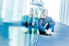 Retrato al aire libre de la muchacha adolescente sonriente feliz joven en un bri de cristal Imagen de archivo