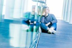 Retrato al aire libre de la muchacha adolescente sonriente feliz joven en un bri de cristal Fotografía de archivo