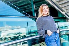 Retrato al aire libre de la muchacha adolescente sonriente feliz joven que disfruta de su t Fotografía de archivo