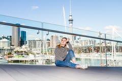 Retrato al aire libre de la muchacha adolescente sonriente feliz joven que disfruta de su t Fotos de archivo