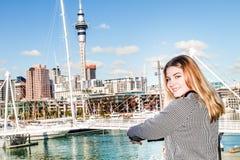 Retrato al aire libre de la muchacha adolescente sonriente feliz joven que disfruta de su t Foto de archivo libre de regalías