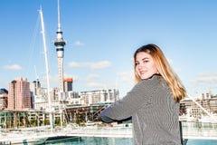 Retrato al aire libre de la muchacha adolescente sonriente feliz joven que disfruta de su t Imagen de archivo