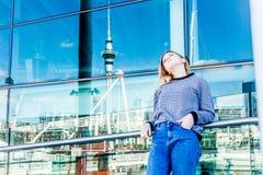Retrato al aire libre de la muchacha adolescente sonriente feliz joven que disfruta de su t Fotografía de archivo libre de regalías