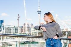 Retrato al aire libre de la muchacha adolescente sonriente feliz joven que disfruta de su t Imágenes de archivo libres de regalías