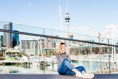 Retrato al aire libre de la muchacha adolescente sonriente feliz joven que disfruta de su t Imagen de archivo libre de regalías
