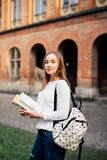 Retrato al aire libre de la muchacha bonita del estudiante en la calle después de la clase Fotografía de archivo