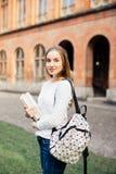 Retrato al aire libre de la muchacha bonita del estudiante en la calle después de la clase Foto de archivo