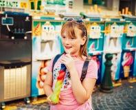 Retrato al aire libre de la muchacha bonita del niño fotografía de archivo libre de regalías