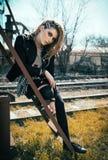 Retrato al aire libre de la muchacha hermosa de la roca del grunge en el ferrocarril Imagen de archivo