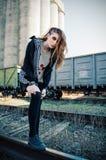 Retrato al aire libre de la muchacha hermosa de la roca del grunge en los carriles Fotografía de archivo